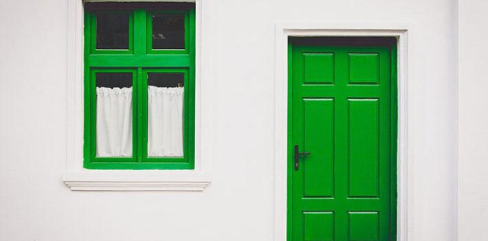 Zelené dvere na dome